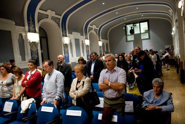Los invitados escuchan el himno de Asturias. © Miki López