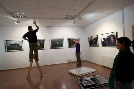 """Montaje de la exposición """"Memorias"""" de Miki López. Langreo, 6 de octubre de 2009"""