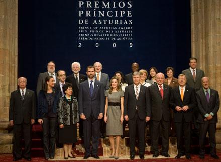 Los Principes en la audiencia con los premiados. 23 de octubre de 2009. © Miki López