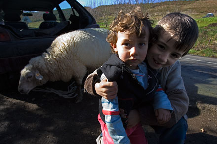 Niños y oveja. Xestoselo, Grandas de Salime. Febrero de 2008.  © Miki López