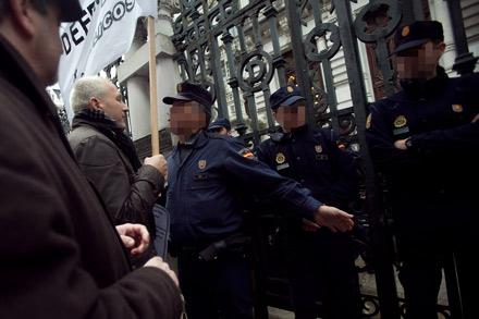 Policias de la UIP ante los funcionarios que se manifiestan frente al edificio de la JGP. Diciembre de 2012. © Miki López