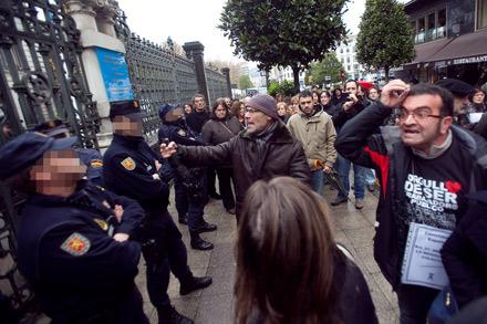 Los funcionarios se encaran con los policias que custodian el acceso a la JGP. Diciembre de 2012. © Miki López