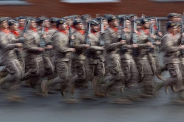 Desfile militar en el acuartelamiento del Cabo Noval (Noreña). 11 de noviembre de 2012. © Miki López/La Nueva España