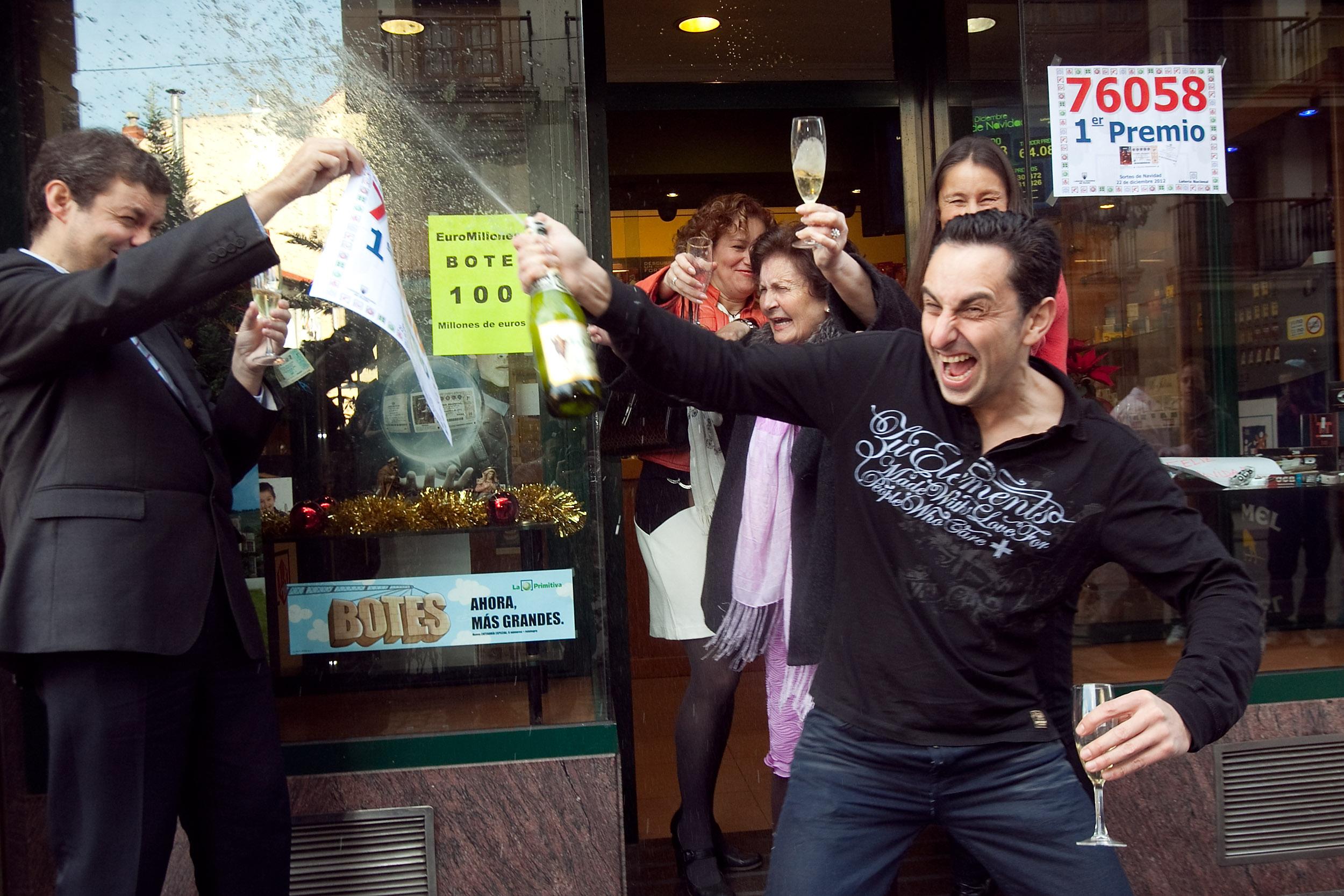 El gordo de la lotería de Navidad cae en Oviedo. 21 de diciembre de 2012. © Miki López/La Nueva España