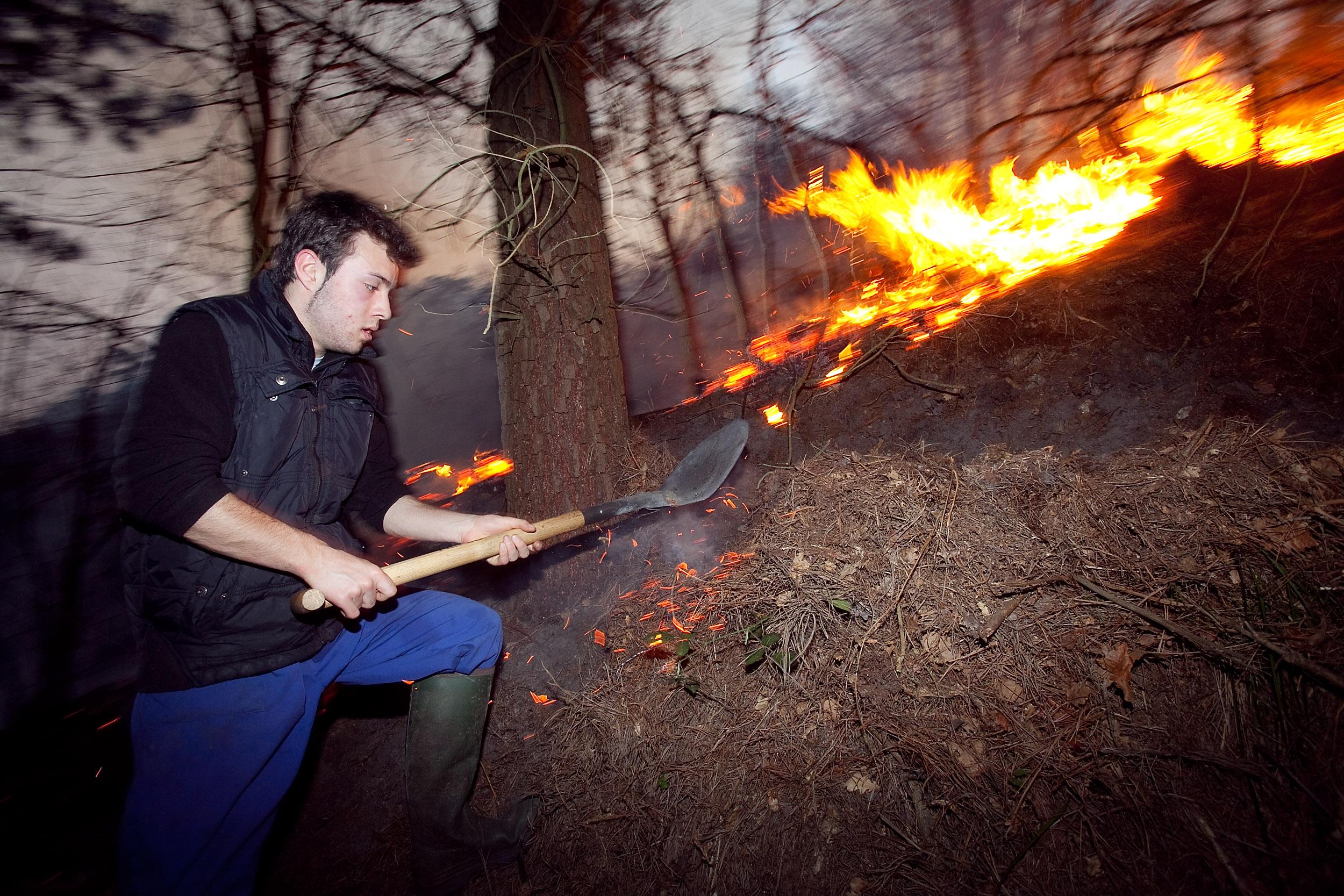 Un vecino del Rañadorio (Tineo) intenta sofocar las llamas del incendio que lleva activo dos días en el concejo de Tineo. 30 de marzo de 2012. © Miki López/La Nueva España