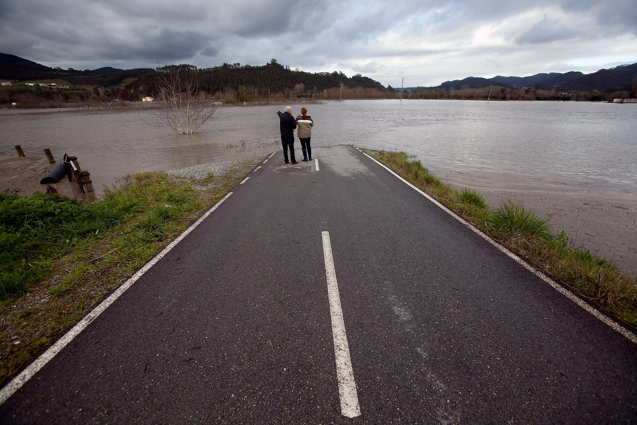Inundaciones por lluvias en el centro de Asturias. El río Nalón desbordado en Peñaullán, Pravia, a la altura de las carreteras que se internan en la vega. 7 de febrero de 2012. © Miki López/La Nueva España