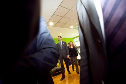 Los servicios de seguridad de la Casa Real, abren paso a los Príncipes de Asturias durante la visita al Centro Geriátrico del Montepío Minero. Felechosa (Aller), 24 de enero de 2013. © Miki López/La Nueva España