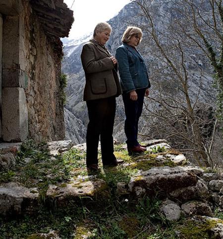 Fidela y Vicky Pérez Campillo. Camarmeña, 8 de marzo de 2013.  © Miki López/La Nueva España
