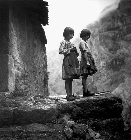 Fidela y Vicky Campillo en Camarmeña, 1954.  © José Ramón Lueje
