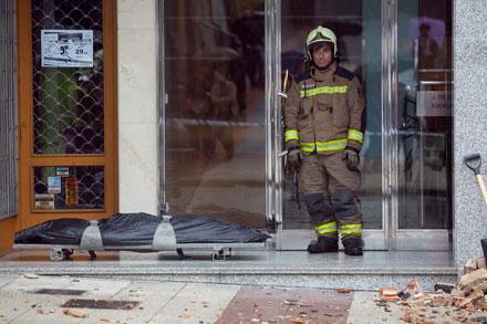 Un bombero junto al cuerpo de la mujer muerta en Oviedo tras caerle una cornisa encima. Oviedo, 28 de abril de 2013. © Miki López/La Nueva España