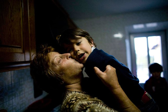 Flora besa a su nieto Nel.  © Miki López
