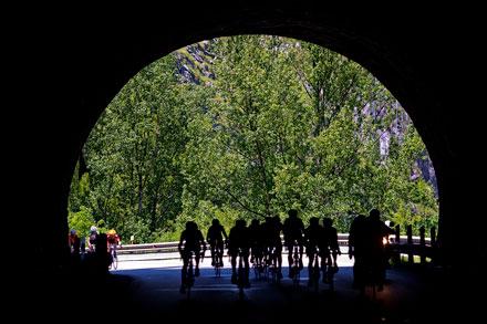 Vuelta ciclista a Asturias a su paso por los túneles de la carretera de Mieres, 11 de mayo de 2013.  © Miki López/La Nueva España