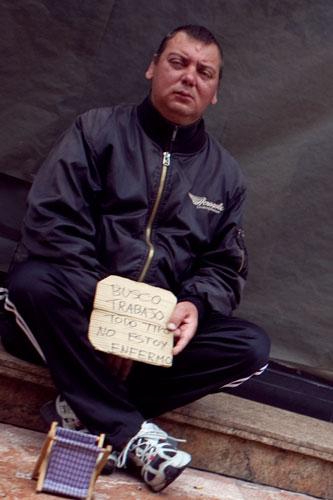 Un hombre pide trabajo en Oviedo, 19 de junio de 2013. © Miki López