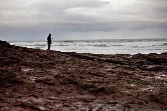 Pescador en la playa de Xivares, Carreño. 14 de noviembre de 2013.  © Miki López