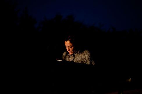 La periodista Ana Serrano en el lugar del accidente. Cadavedo, 6 de diciembre de 2013.   © Miki López/La Nueva España