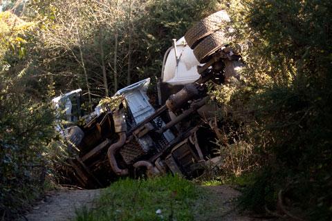 Camión accidentado con una carga de gas natural en las inmediaciones de Cadavedo. 6 de enero de 2013.  © Miki López/La Nueva España