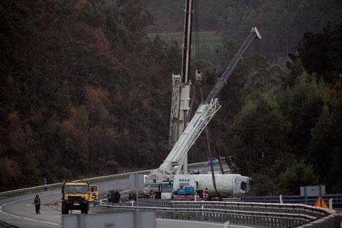 Maniobras de rescate de un camión accidentado con una carga de gas natural. Cadavedo, 6 de diciembre de 2013.  © Miki López/La Nueva España
