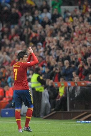 David Villa saluda a los aficionados asturianos que asistieron al partido de la selección española en El Molinón. Gijón, 22 de marzo de 2013. © Miki López/La Nueva España