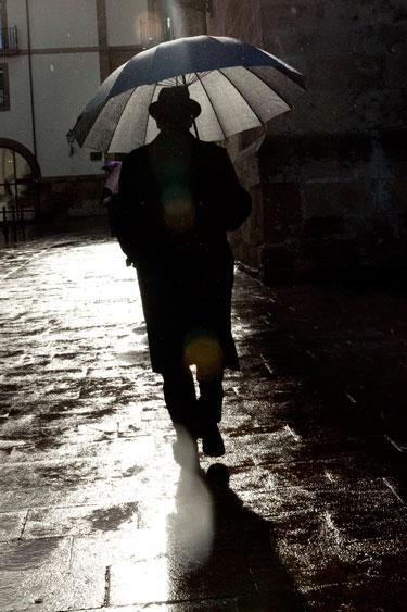 Bajo la lluvia. Oviedo, 19 de enero de 2014. © Miki López