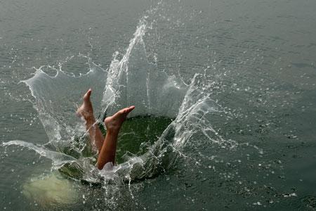 Iyán se lanza al agua en la desembocadura de la ría del Nalón. San Juan de La Arena, 20 de julio de 2013. © Miki López