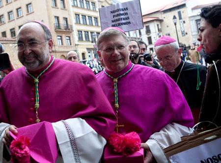 Los obispos Jesús Sanz y Juan Antonio Menéndez son abucheados por un grupo de feministas que protestan contra la reforma del aborto a la entrada de la Catedral de Oviedo. 8 de junio de 2013.© Miki López/La Nueva España