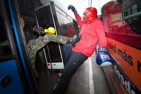 Policias ensayan actuaciones en situaciones extremas en el interior de un autobús urbano. Oviedo 2 de febrero de 2013. © Miki López/La Nueva España