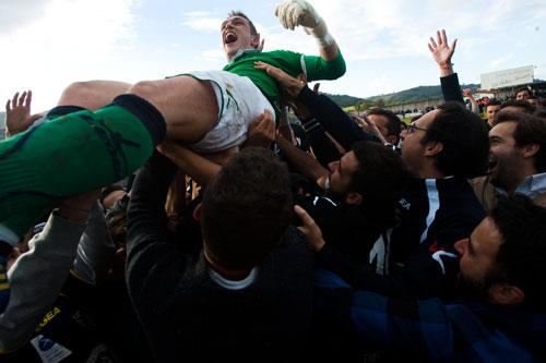 Porrón es levantado por su compañeros del Lealtad tras detener el penalti que les dio acceso a 2ªB. © Miki López/La Nueva España