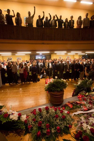 """Compañeros, familiares y amigos de Manuel Fernández """"Lito"""", cantan La Internacional durante el homenaje celebrado en la sede de UGT de Oviedo. 28 de junio de 2014.  © Miki López/La Nueva España"""