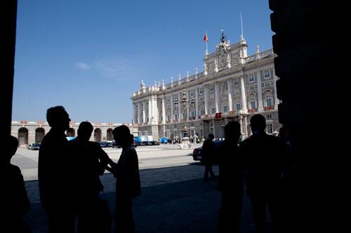 Un grupo de periodistas esperan para entrar en el Palacio Real el día de la proclamación de Felipe VI. Madrid, 19 de junio de 2014. © Miki López/La Nueva España