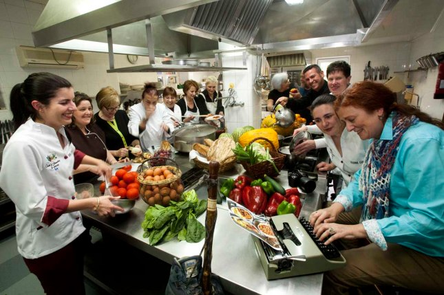 """Ana Paz Paredes con algunos de los cocineros que participaron en el libro """"Asturias entre Pucheros"""". Valdesoto, mayo de 2014. © Miki López"""