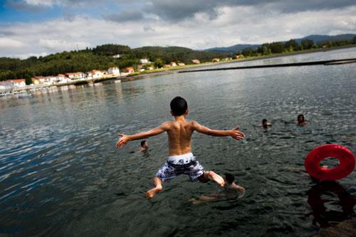 Nel se lanza al agua. L¡Arena (Sotu'l Barcu). 7 de julio de 2014. © Miki López
