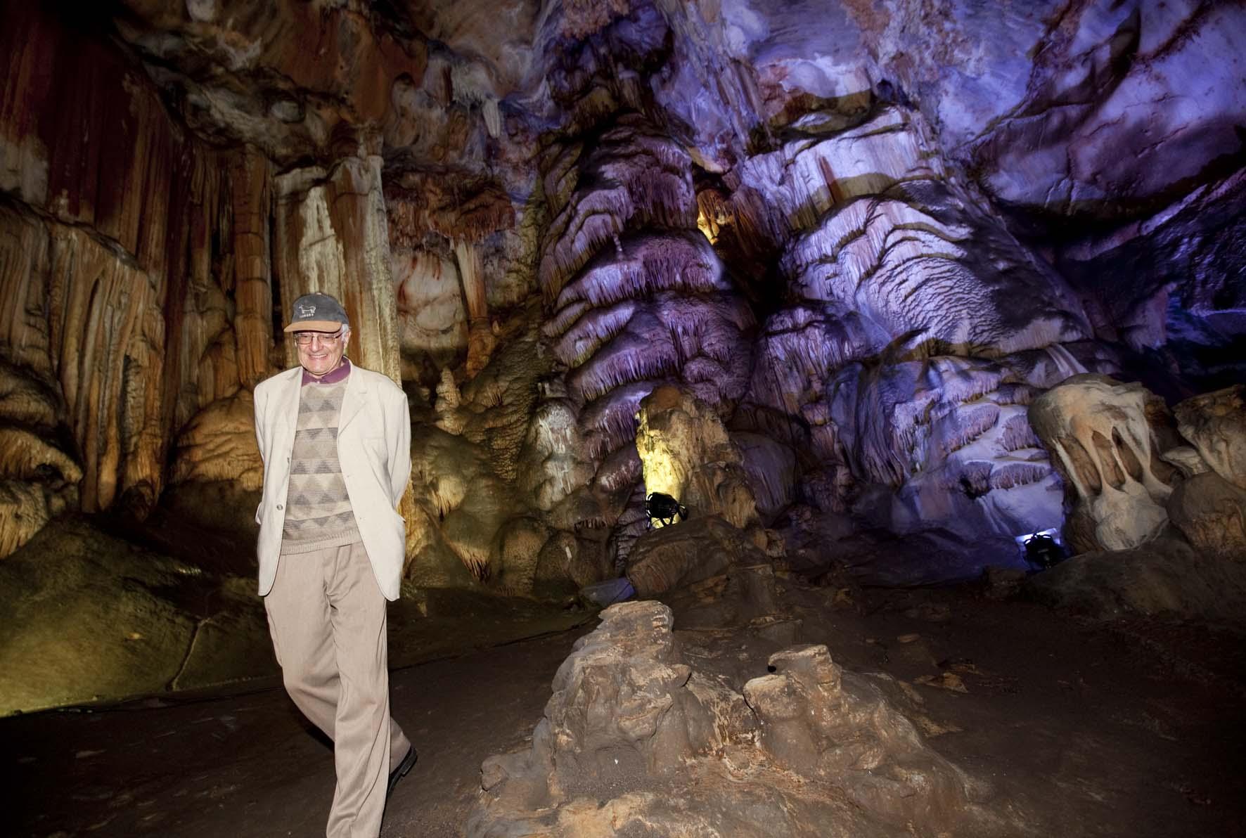 Jean Clottes en la cueva de Candamo. 10 de agosto de 2014. © Miki López/La Nueva España