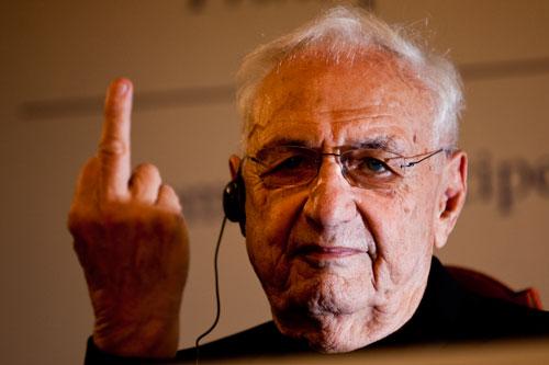 """Frank O. Gehry, dedica una """"peineta"""" durante la rueda de prensa de los Premios Príncipe de Asturias. Oviedo, 23 de octubre de 2014 © Miki López/La Nueva España"""