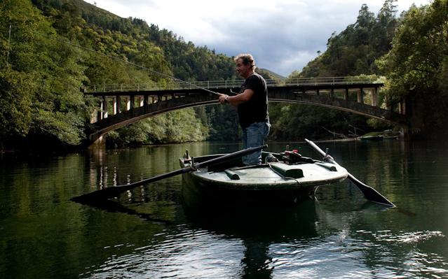 Pescando en el Navia. Catrillón (Boal) 30 de septiembre de 2013. © Miki López
