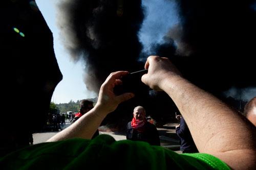 Un minero fotografía a Jose Angel Fernández Villa delante de una barricada en Montico. Mayo de 2012.  © Miki López/La Nueva España