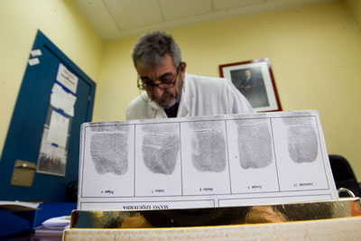 Isaac Carrrera, Inspector Jefe de la Policía Científica de Oviedo, delante de unas fichas policiales. Oviedo, 6 de diciembre de 2014. © Miki López/La Nueva España