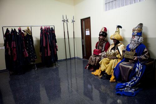 Los Reyes Magos esperan la cabalgata. Oviedo, 2 de enero de 2015. © Miki López/ La Nueva España