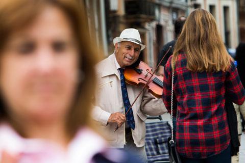 Músico callejero. Oviedo, 3 de mayo de 2015. © Miki López