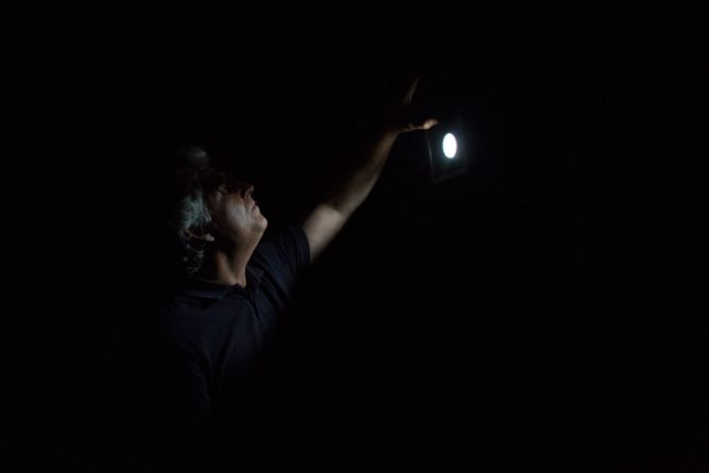 Jerome Muñoz en la cámara oscura del CISLAN. 5 de junio de 2015. © Miki López