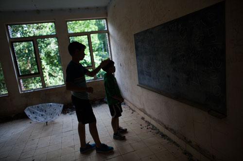 Aula de la escuela abandonada de Penzol. Castropol, 11 de julio de 2015. © Miki López