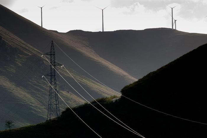 Parque eólico y lineas de alta tensión en la Sierra de Begega. Belmonte de Miranda. 14 de septiembre de 2006.  © Miki López