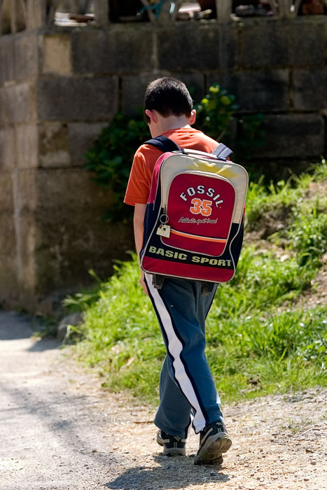 Un niño vuelve del colegio en Llorío (Laviana). 26 de abril de 2007. © Miki López