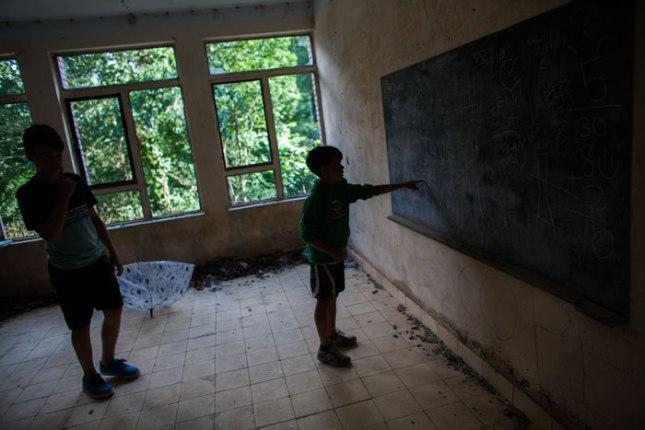 Iyán y Nel en las escuelas abandonadas de Penzol (Castropol). Julio de 2015. © Miki López