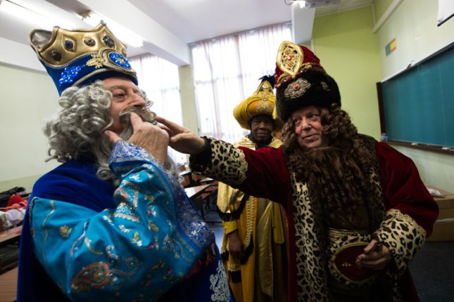 Los Reyes Magos se visten para la cabalgata de Oviedo. 2 de enero de 2016. ©Miki López