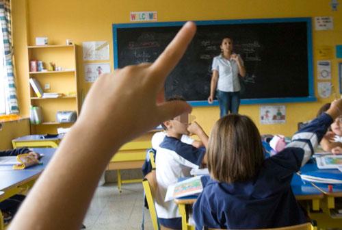 Un niño levanta la la mano para preguntar en un colegio de Avilés.  © Miki López/La Nueva España