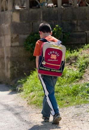 Volviendo del colegio. Laviana, 2007. © Miki López/La Nueva España