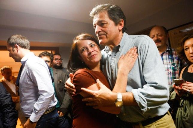 Adriana Lastra se abraza a Javier Fernández tras el recuento de las elecciones generales del 26 de junio.  © Miki López/La Nueva España
