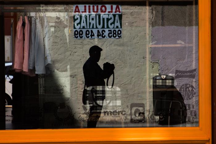 Autorretrato de un fotógrafo en la sombra. Gijón, 20 de junio de 2016.  © Miki López