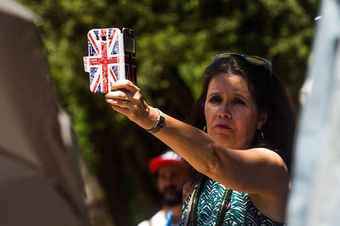 Una mujer graba la intervención de Juan Carlos Monedero con un móvil personalizado con la bandera del Reino Unido. Oviedo, 19 de junio de 2016 © Miki López/La Nueva España