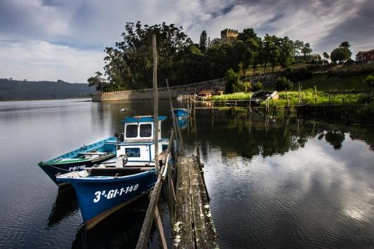 Lanchas amarradas en los embarcaderos de madera de El Castillo. Soto del Barco. © Miki López